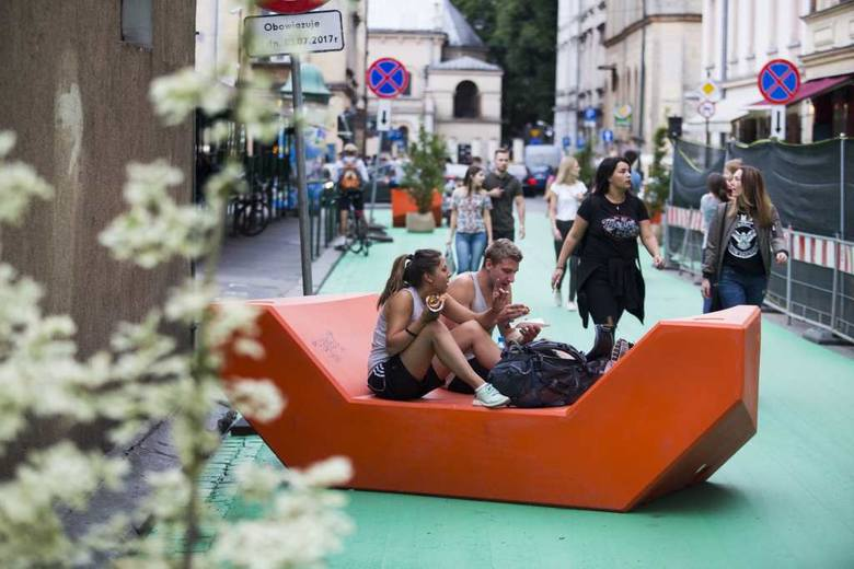 """Fragment ul. Estery przy placu Nowym zamienił się w """"zielony"""" deptak. Czy przetrwa on szaleństwa weekendowych imprez?"""