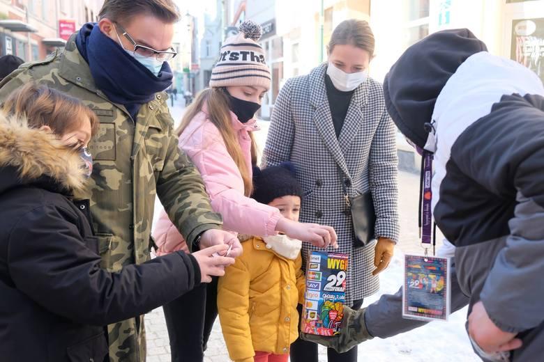Rodzina Grubiznow w centrum Żar wrzuca pieniądze do puszki WOŚP.