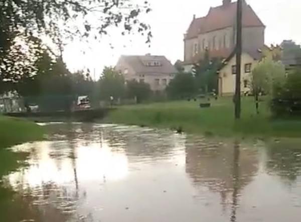 30-minutowa ulewa w Grodzisku koło Strzyżowa. Zalany m.in. miejscowy stadion [WIDEO INTERNAUTÓW]