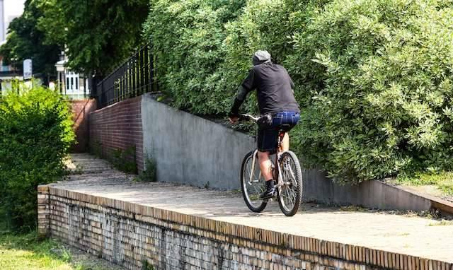 Przykład rowerowego absurdu przy  śluzie miejskiej. Ścieżka urywa się przed mostami Solidarności