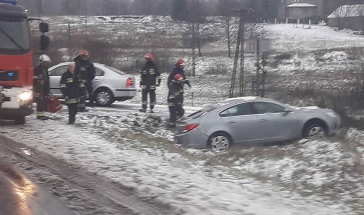 Śnieg zaskoczył kierowców w województwie podlaskim. Śliskie drogi są powodem wielu wypadków i kolizji. Strażacy mają ręce pełne roboty. Ponad 10 interwencji