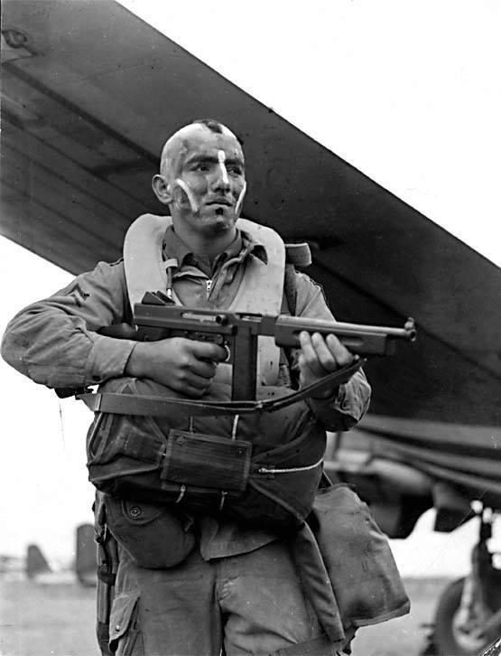 """Żołnierze """"Brudnej trzynastki"""" przed wylotem do Normandii"""