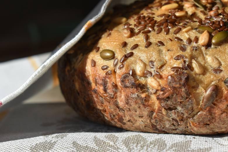 Nasiona stosowane jako posypka do pieczywa to wartościowy dodatek, którego warto nie żałować w domowych wypiekach.