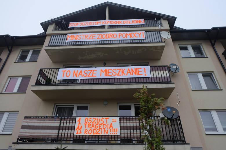Mieszkańcy wywiesili na bloku transparenty, w których proszą o pomoc m.in. ministra Ziobrę