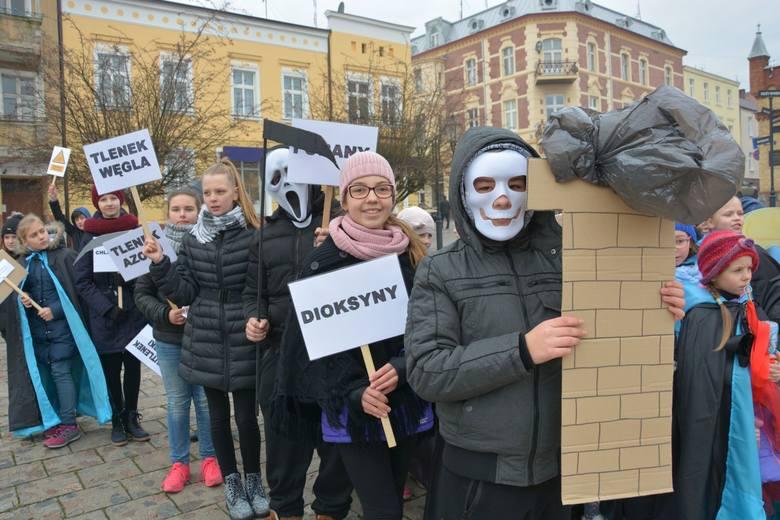 Uczniowie skandowali w Świeciu: - Nie palcie śmieci w piecach!