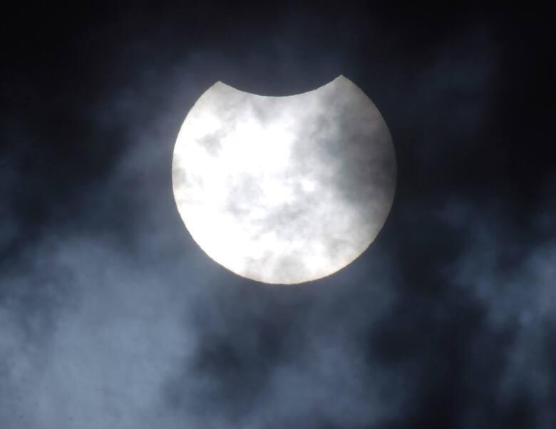 W Poznaniu częściowe zaćmienie Słońca rozpoczęło się o godz. 11.45, maksymalną fazę obserwowaliśmy o godz. 12.46