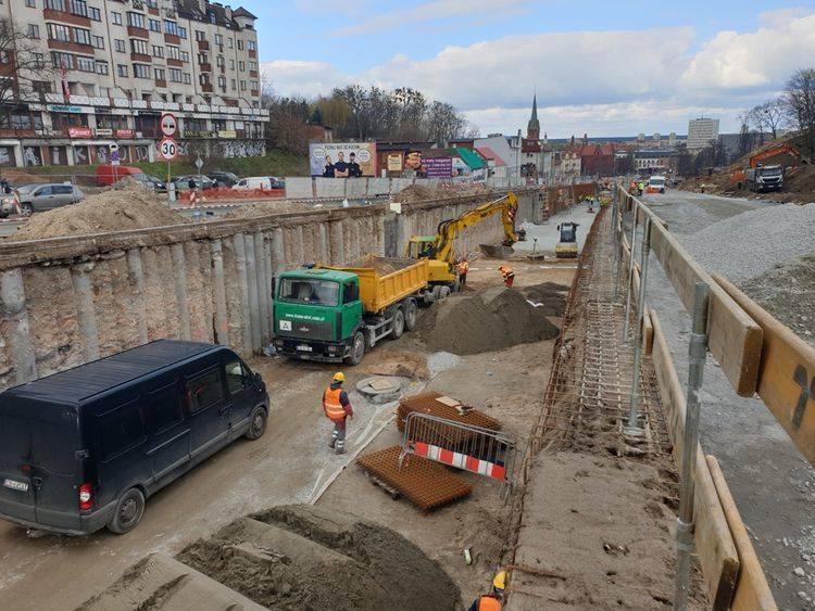 Rozbudowa ul. Kujawskiej idzie pełną parą. Wykonawca ma czas do 30 listopada, aby oddać inwestycję do użytku. Prace prowadzone są na całym obszarze budowy,