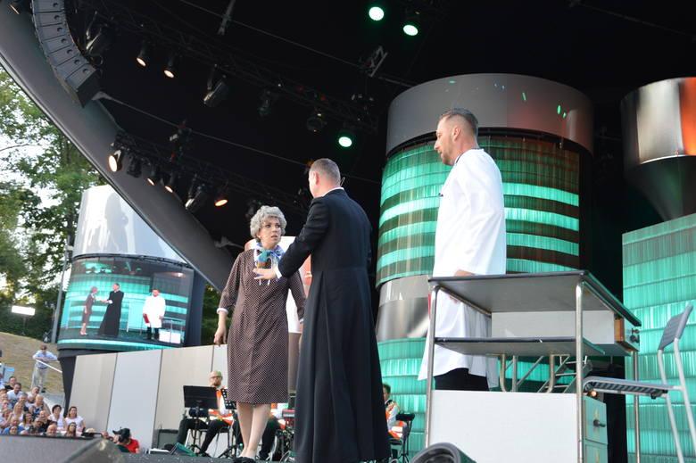 Zgromadzoną w amfiteatrze publikę i widzów przed telewizorami bawią największe gwiazdy polskiego kabaretu