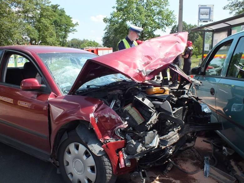 Wypadek na ul. Aleksandrowskiej. Czołowe zderzenie dwóch aut. RANNI, KORKI, OBJAZDY!