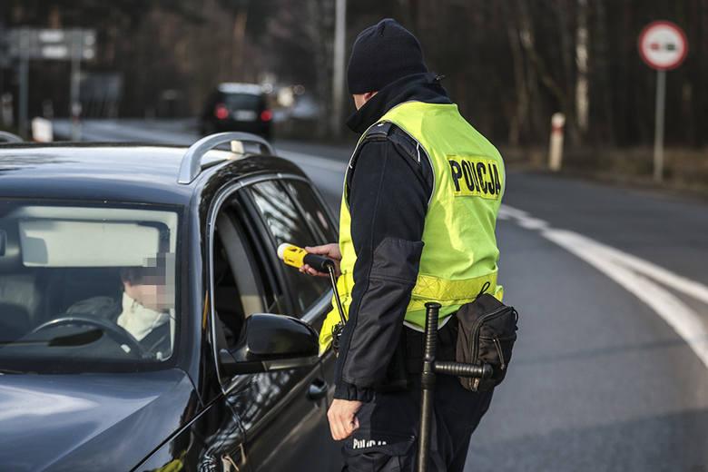 Niechlubny raport z Polską. Władza wykorzystuje pandemię do umacniania reżimów