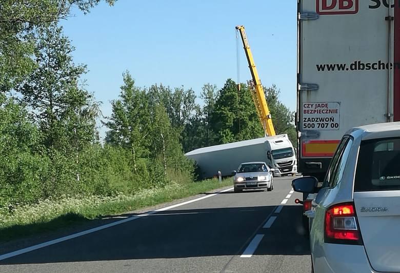 Ciężarówka wjechała do rowu na drodze krajowej nr 8, blokując ruch. Do zdarzenia doszło w środę. Dopiero w czwartek przyjechał dźwig.