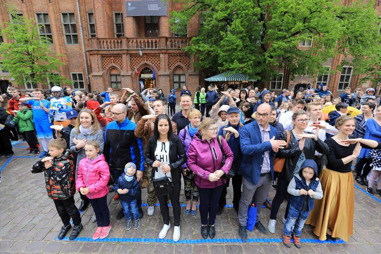 """""""Time for Toruń"""" - wspólne zdjęcie mieszkańców Torunia dla poparcia organizacji mistrzostw w lekkiej atletyceTorunianie spotkali się na Rynku Staromiejskim"""