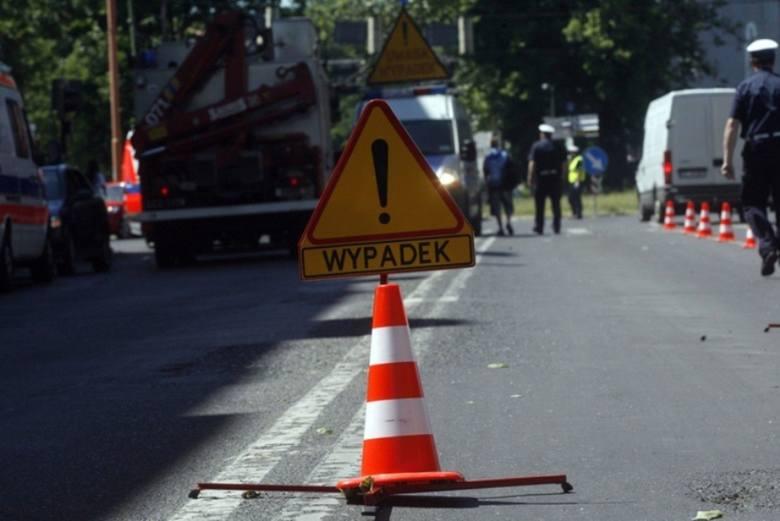 Wypadek na drodze krajowej nr 20. Zderzenie ciężarówki z osobówką