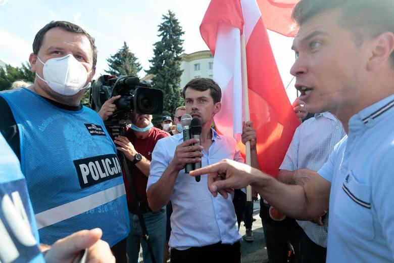 """Warszawa: Protest rolników przed siedzibą PiS i przed Sejmem w związku z """"Piątką dla zwierząt"""" [ZDJĘCIA] [WIDEO]"""