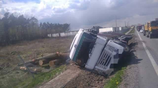 Samochód ciężarowy z towarem ważącym 25 ton wpadł do rowu.