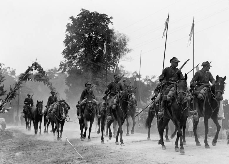Święto Kawalerii z okazji 250. rocznicy Odsieczy Wiedeńskiej. Żołnierze 3. Pułku Ułanów Śląskich przejeżdżają przez wieś. 1933 r.