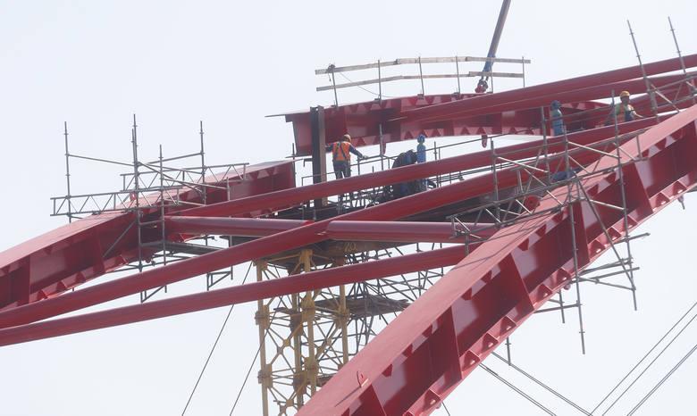 Gigantyczny dźwig pracuje na budowie mostu w Straszęcinie.