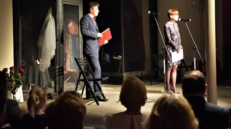 """Na scenie Anna Janosz, dyrektor CK Teatr i Zbigniew Kulwicki. Spektakl """"Lilka, cud miłości"""" otworzył Grudziądzką Wiosnę Teatralną """"Sex"""