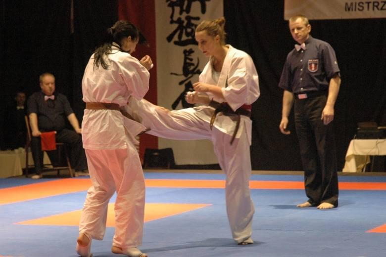 Finałowa walka w kat. do 55 kg. Zwyciężczyni - Joanna Popczyk (z lewej) broni się przed kopnięciem Agaty Godoś.