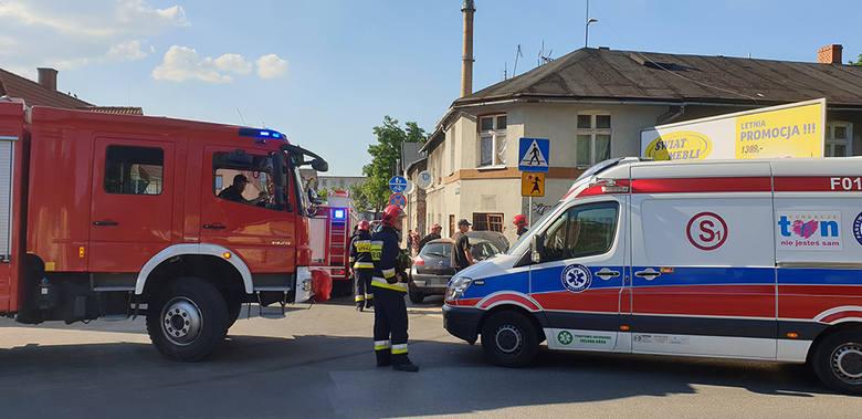 Zielona Góra. Do wypadku doszło we wtorek, 18 czerwca, na ul. Sienkiewicza przy skrzyżowaniu z ul. Kraszewskiego. Kierujący renault wypadł z drogi i