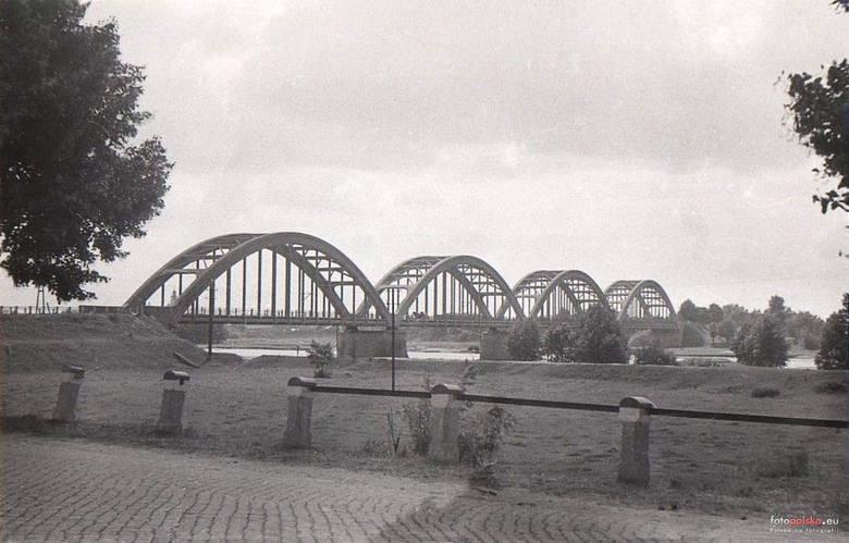 W okresie międzywojennym most w Białobrzegach był jednym z największych mostów żelbetowych w Polsce. Jego długość to 250 metrów, ma cztery przęsła. Do