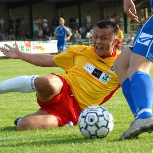 Bez walki na każdym metrze boiska policzanom może być trudno wygrać pierwszy mecz w III lidze. Na zdjęciu prawy obrońca, Łukasz Tuński.