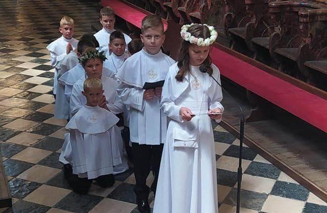 W parafii pod wezwaniem świętego Jana Chrzciciela w Skalbmierzu w sobotę, 18 lipca dzieci przystąpiły do I Komunii Świętej. Uroczystość miała piękną