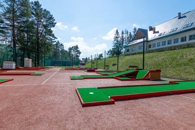 Hotel Arłamów udostępnił dla wszystkich chętnych nowa atrakcję -  pole do mini golfa. Cieszy się on dużą popularnością zarówno wśród gości hotelowych