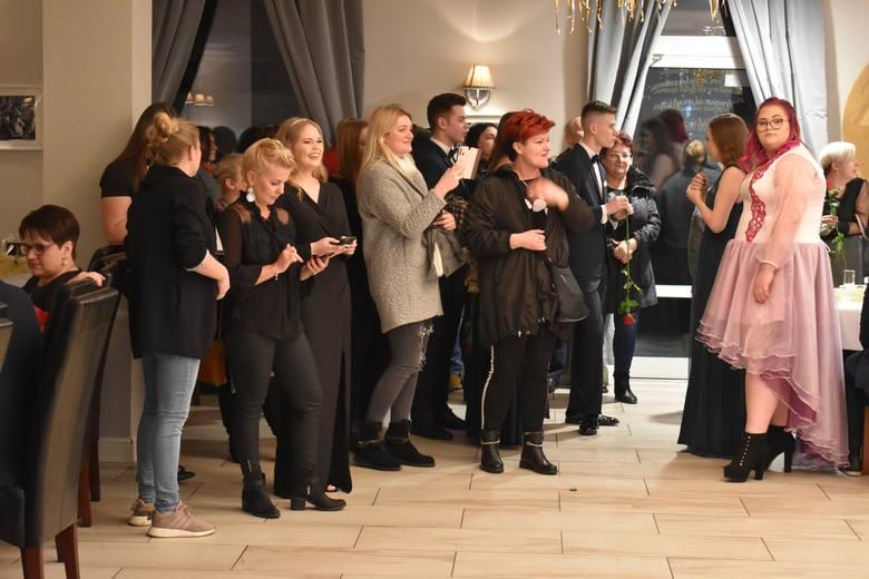 """25 stycznia w sali bistro """"U Seby"""" w Sękowicach zebrali się maturzyści ZSLiT, ich bliscy oraz nauczyciele, aby pobawić się na balu,"""