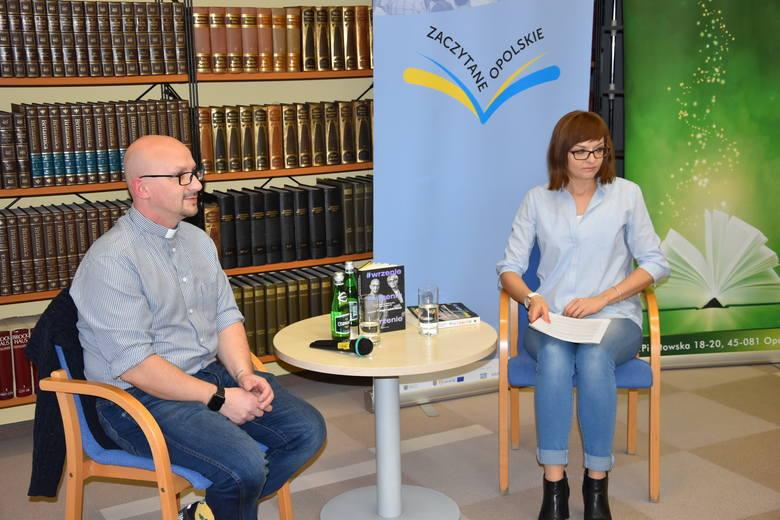 """W ramach akcji """"Zaczytane Opolskie"""" w Wojewódzkiej Bibliotece Publicznej w Opolu odbyło się w czwartek spotkanie autorskie z o. Grzegorzem"""