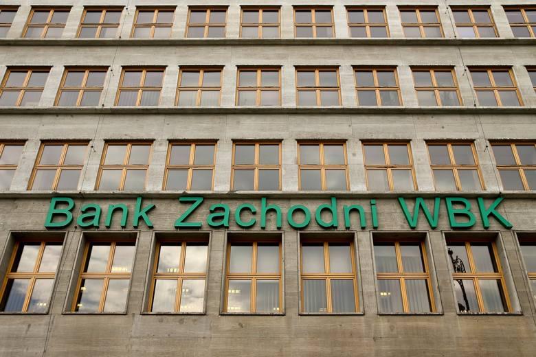 Te znane firmy i miejsca zniknęły z Wrocławia w 2018 roku. Zobacz je na kolejnych slajdachBank Zachodni WBKBank Zachodni WBK zmienił nazwę na Santander
