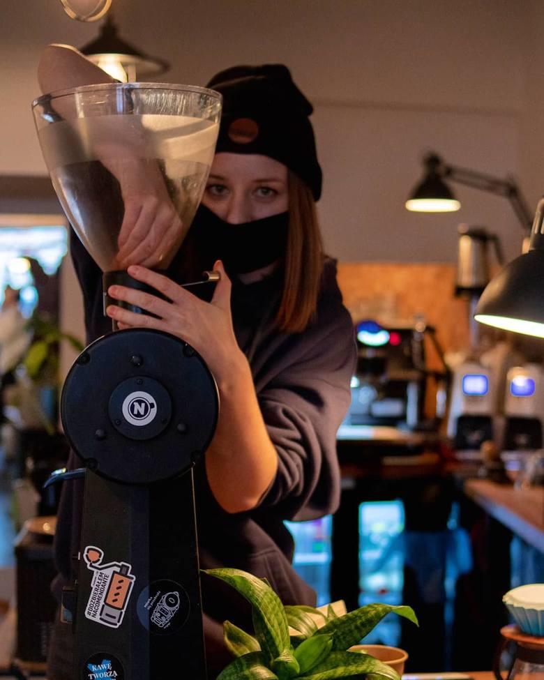 """Młoda baristka Kamila Adamiec, prowadząca kawiarnię """"Projekt Nano"""" w Toruniu od początku pandemii dostarcza klientom ziarno kawy i sprzęt do jej parzenia. Zawsze służy też dobrą radą."""