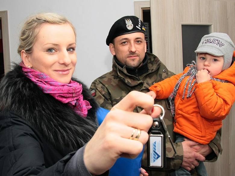 Klucze do jednego z 40 mieszkań otrzymali Jolanta i Grzegorz Otoccy, którzy na uroczystość przyszli z synkiem Samborem.