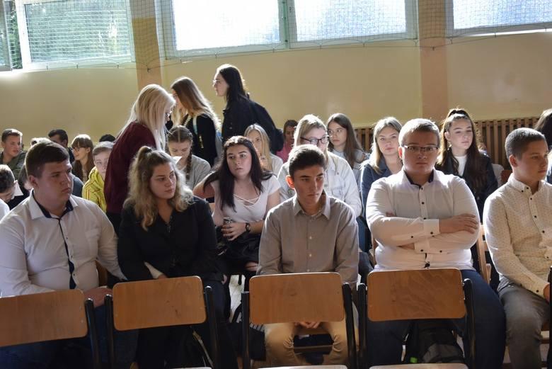 We wtorek, 15 października w Zespole Szkół Zawodowych nr 1 w Skierniewicach odbyła się uroczystość z okazji Dnia Edukacji Narodowej. Dyrektor szkoły Waldemar Janus wręczył nagrody wyróżniającym się nauczycielom, którzy otrzymali równiż upominki wykonane przez uczniów. Uczniowie przygotowali...