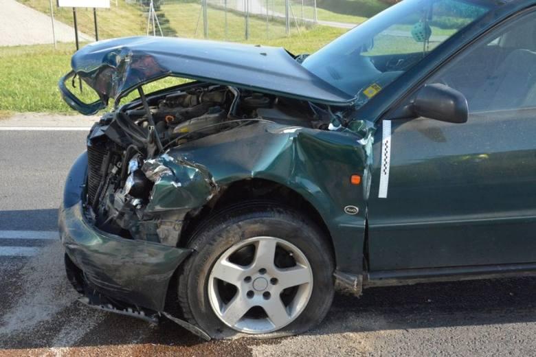 W czwartek w Mokrej koło Jarosławia doszło do zderzenia dwóch pojazdów. Ze wstępnych ustaleń policjantów wynika, że kierujący volkswagenem 49-letni mieszkaniec