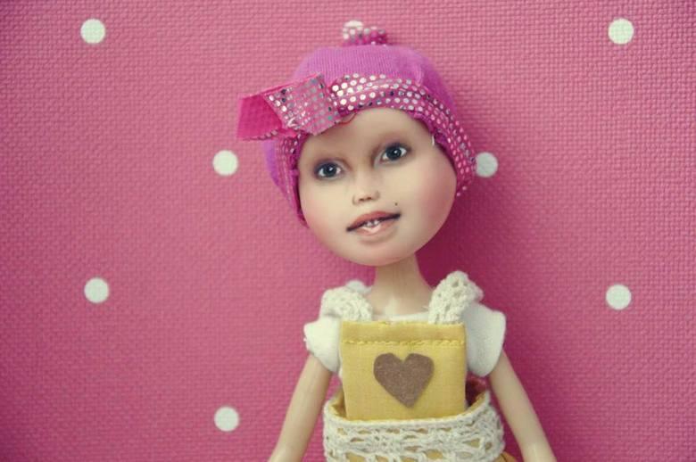 Każda z lalek tworzona jest indywidualnie, tak, aby zabawka była wykonana według próśb dziecka i rodziców.