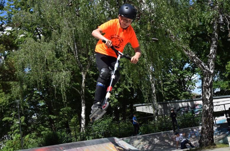Damian, Milan i Bartek cieszą się, że po dłuższej przerwie znów mogą wrócić do swojej pasji - jazdy na hulajnogach w skate parku w Zielonej Górze