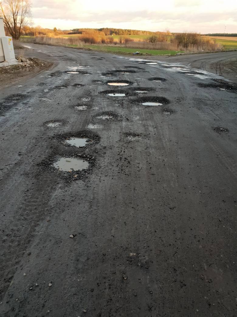 Zjeżdżając z ul. Morasko w ul. Szklarniową można odnieść wrażenie, że wjeżdża się do wsi, a nie jedzie miejską ulicą. Nie czeka tam na nas równa, asfaltowa droga. Są betonowe płyty, po których samochód dość sprawnie, z lekkimi wstrząsami, jest w stanie przejechać. Jednak po minięciu kilku...