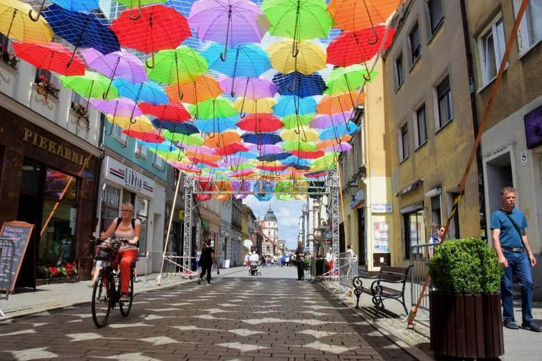 W sobotę na Rynku w Inowrocławiu odbędzie się Art Ino Festiwal. A już od dziś można spacerować ulicą Królowej Jadwigi pod kolorowymi parasolkami.To już