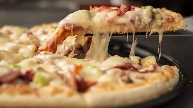 Na puszystym, czy tradycyjnie cienkim cieście? Z serem w brzegach czy bez? W Toruniu nie brakuje pizzerii. Postanowiliśmy jednak dla Was wybrać 10 lokali,
