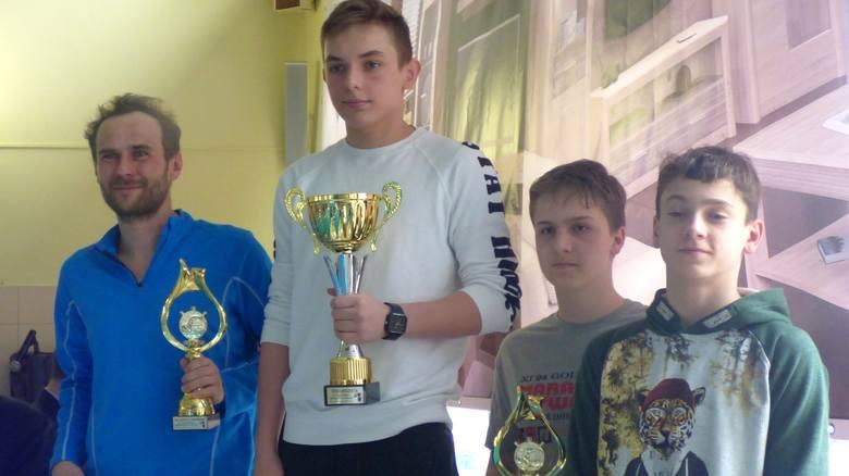 Dominik Kolecki (drugi z lewej) z Dobrodzienia uzyskał najlepszy wynik indywidualny w kazimierskim XI 24-Godzinnym Maratonie Pływackim.