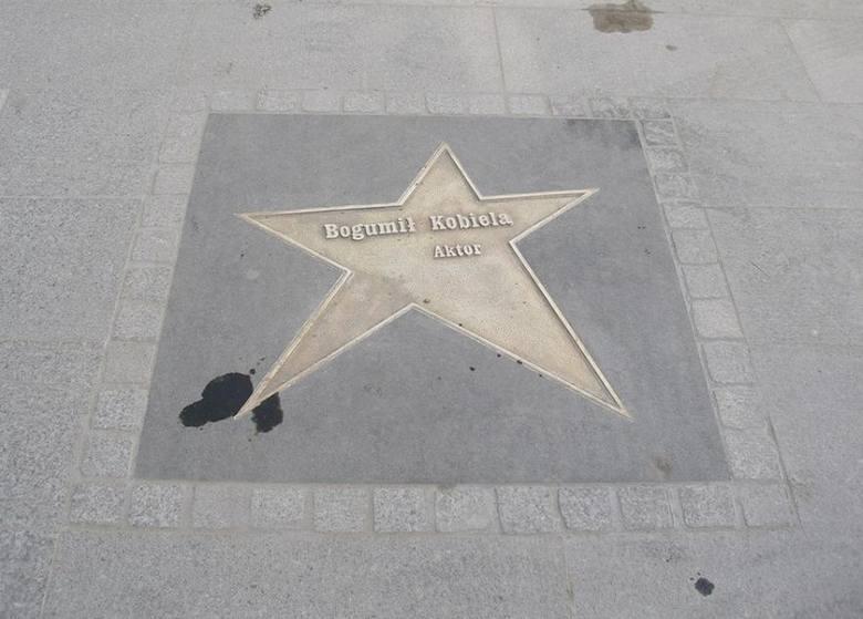 Odnowione gwiazdy na Piotrkowskiej służą jako... miejsca parkingowe