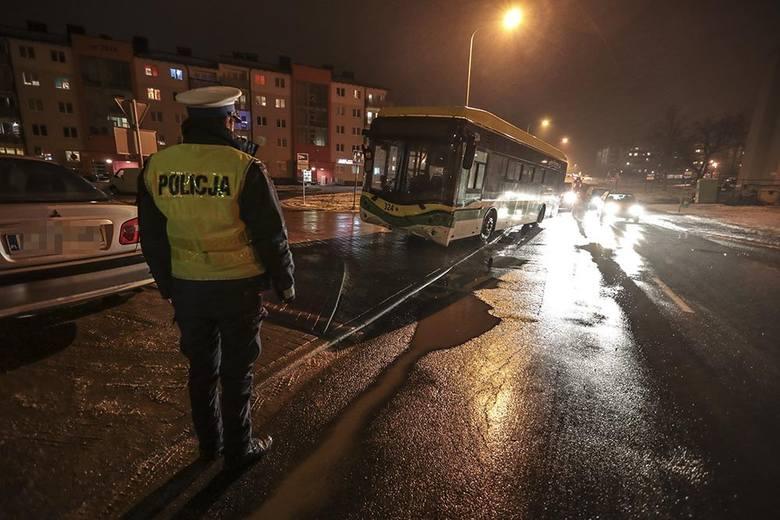 Do niecodziennego zdarzenia doszło w piątek, 11 stycznia, wieczorem na os. Śląskim. Autobus elektryczny MZK bez kierowcy stoczył się z zatoczki, przejechał