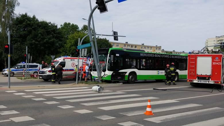 W autobusie jechało prawdopodobnie około 15 osób, wśród nich również dzieci. Wszyscy zostali zabrani do szpitala.