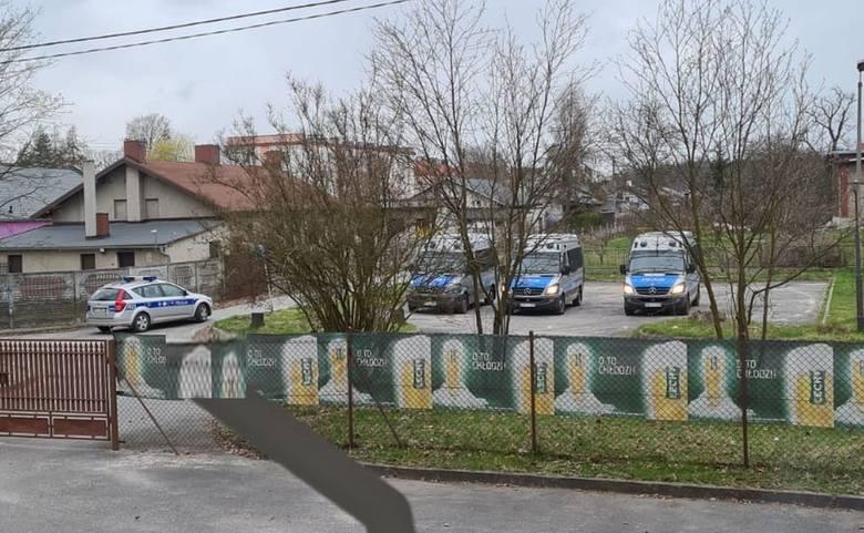 Policjanci zablokowali dojazd do dyskoteki zatrzymując 4 radiowozy.