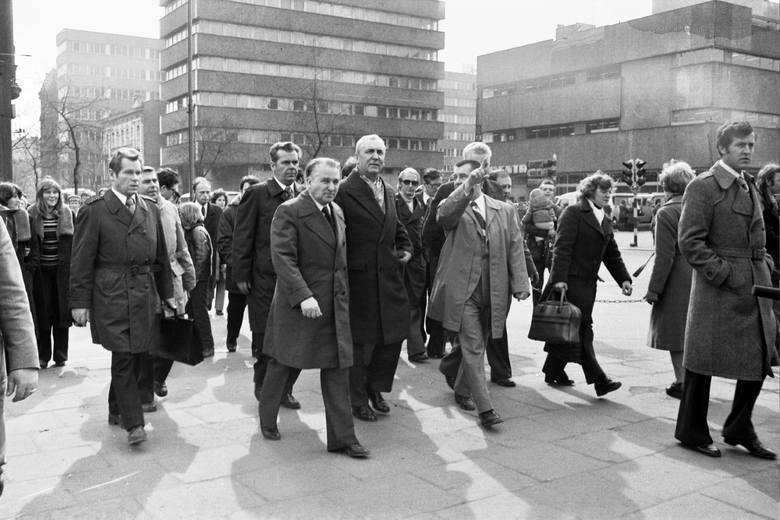 """Edward Gierek na ulicy Piotrkowskiej. Na zdjęciu przechodzi przez ul. Główną - obecną al. Piłsudskiego. Za delegacją - budynek """"Centralu"""","""