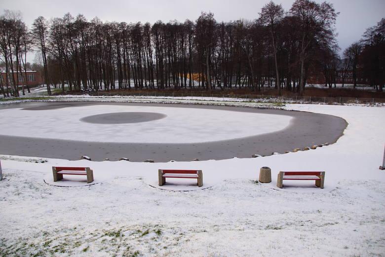 W prawdziwie zimowej scenerii można obecnie zobaczyć sławieńską plażę. Letnie kąpielisko pokryte zostało cienką warstwą lodu i śniegu. Plaża zostanie