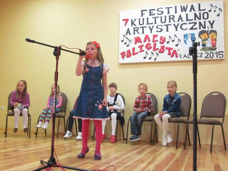 """Konkurs """"Mały poliglota"""" w RaciążuWystępujący swobodnie czuli się na scenie."""
