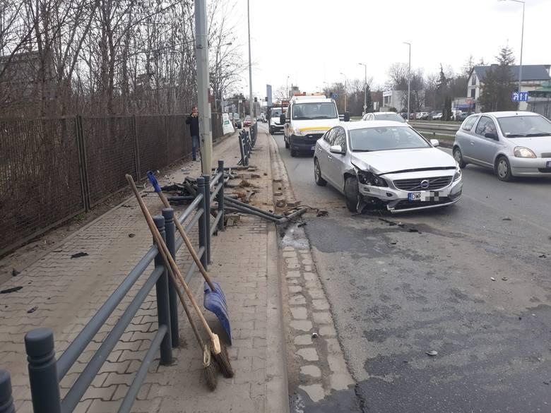 Wypadek na Karkonoskiej. Auto staranowało bariery. Jedna osoba ranna