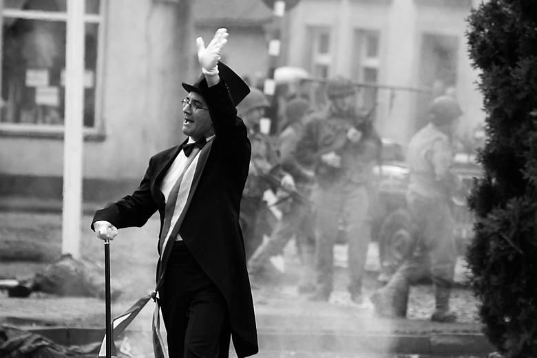 Jacek Idzi Kaczmarek, burmistrz miasta jest gorącym zwolennikiem tego, co dzieje się w mieście, sam - podczas każdej edycji wydarzenia - wciela się w wojskową postać. Na zdjęciu jako mer francuskiego miasteczka.